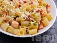 Паста тубети (макарони) със сьомга, босилеково песто, мариновани сушени домати и сирене пармезан